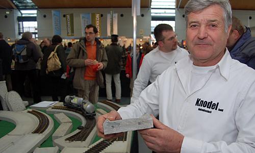 Heinz Knodel zeigt den Querschnitt eines Trassenelement